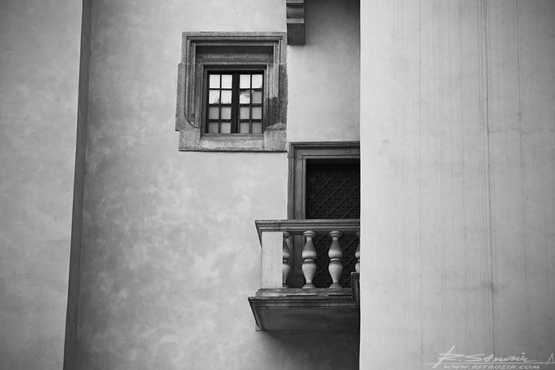 Kraków, Wawel. Tu okienko, tam balkonik... a w kąciku czakramik się czai.