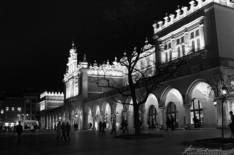 Kraków, Rynek. Sukiennice od strony wejścia do muzeum pod rynkiem.