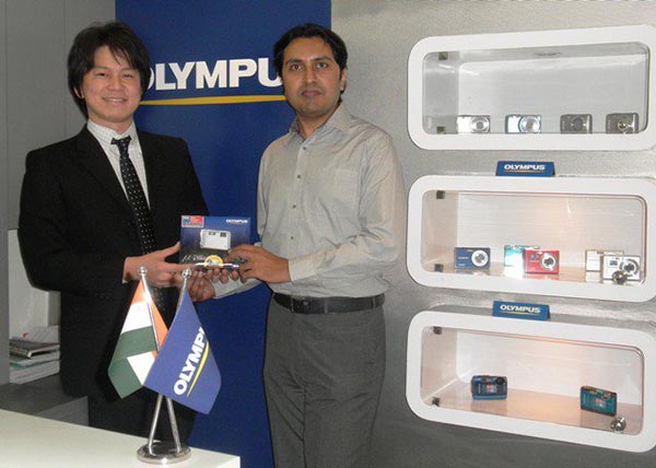 Kinya Yoshimura, the General Manager of Olympus India, giving away the prize to Bhavesh Chhatbar
