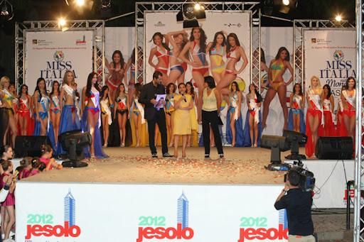 Candidatas ao Miss Italia sendo apresentadas à comunidade