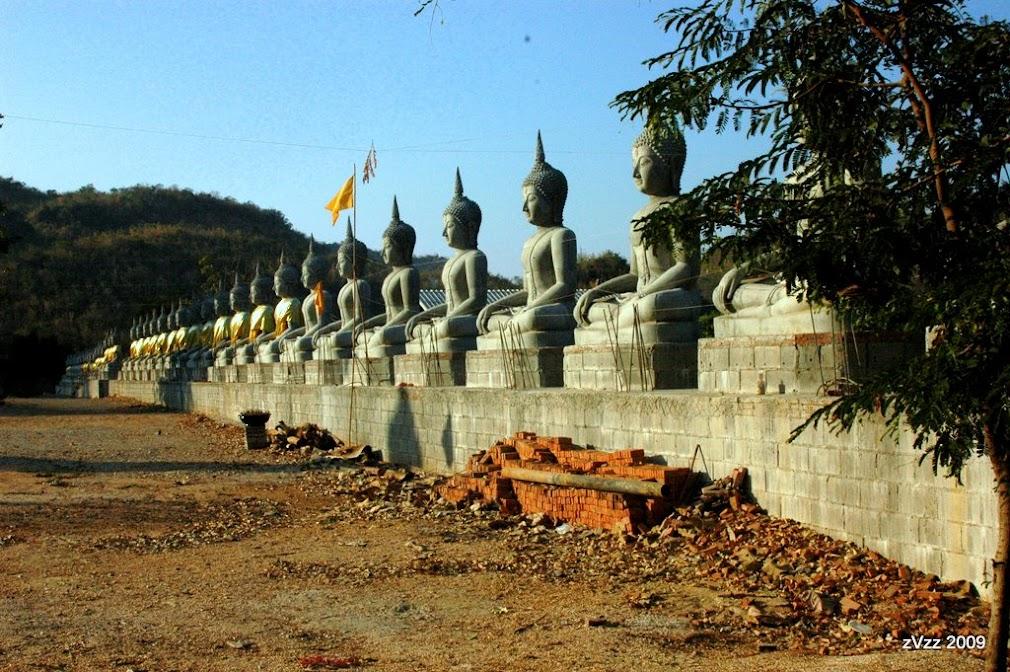 Длинные ряды будд в храме в Нонг Буа, Канчанабури