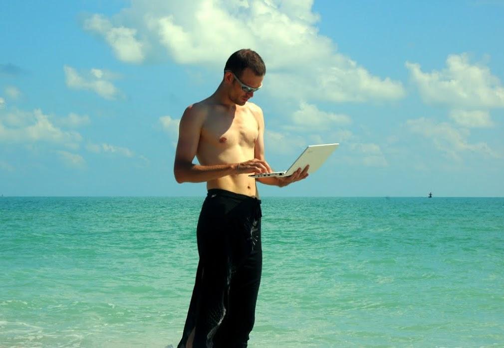 Море на фоне zvzz, старательно позирующего в юбке с лаптопом