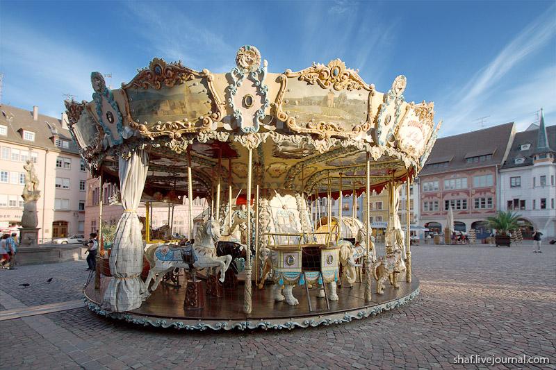 Мюлуз (Mulhouse), Франция; карусель на Place de la Reunion
