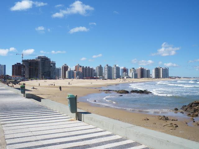 Playa brava y rascacielos en Punta del Este