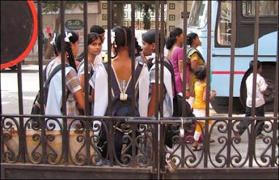 Entrada da escola Sharadashram Vidyamandir, em Mumbai