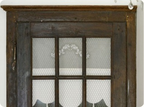 Une-ancienne-porte-en-chene-fait-office-de-placard_carrousel_gallery
