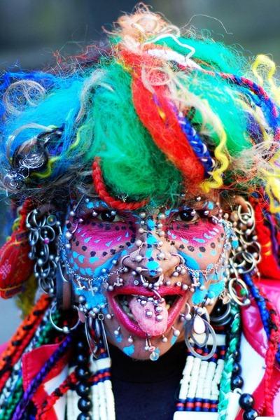Mulher com mais de 6 mil piercings é recordista mundial