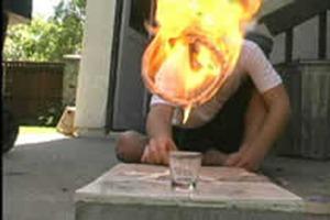 O cara não erra uma moeda no copo (vídeo)