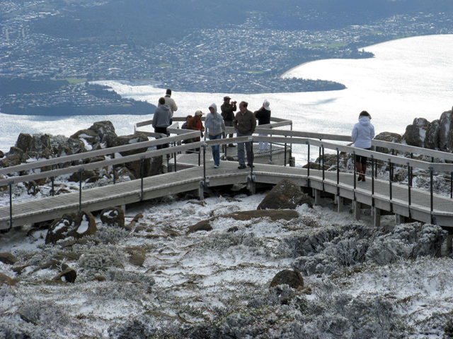 Tourists brave the unseasonal summer snow on Mount Wellington, Hobart, 27 December 2010. ABC News: Peter Curtis