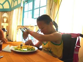 Marianka napicháva jedlo na vidličku, aby si cvičila vytáčanie ruky