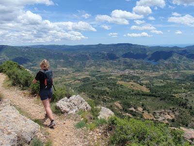 Caminant per dalt la Serra amb Cornudella i Siurana al fons