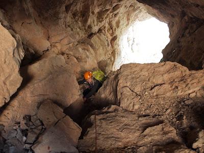 La Sílvia avançant dins la cova