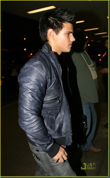 taylor-lautner-takes-vancouver-04