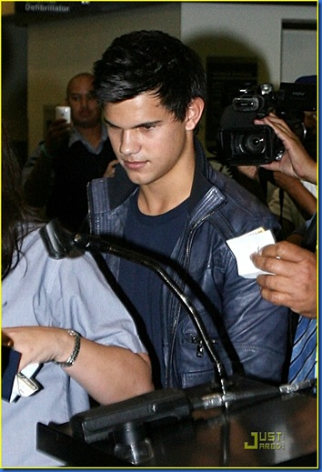 taylor-lautner-takes-vancouver-03
