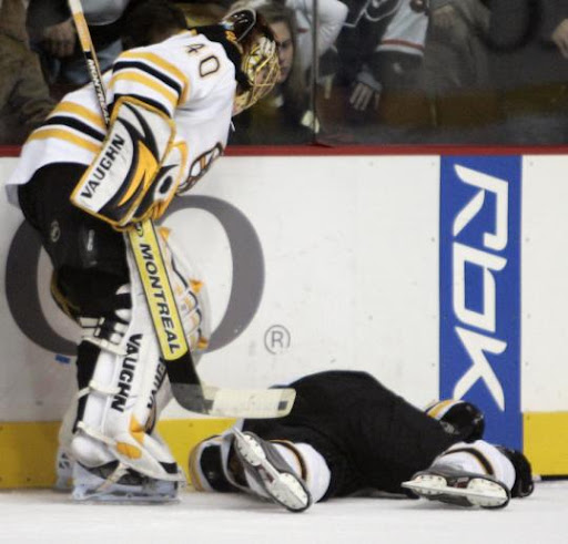 Tuukka Rask gets no help from Bruins teammates