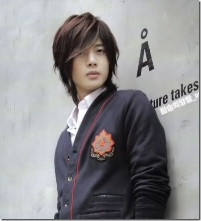Kim Hyun Joong Hairstyles Are Very Fitting For Him He Wears Them Well They Also Fit His Unique And Bubbly Personality Hair Cupped At