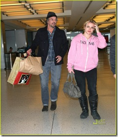britney-spears-pink-sweatshirt-jfk-jason-trawick-04