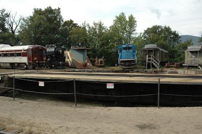 ターンテーブルと古い汽車たち