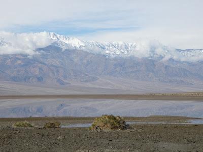 池に写った山