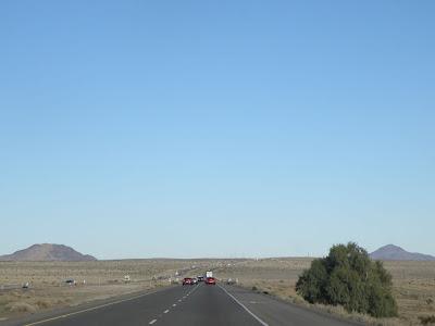 荒地の中を突き抜けるハイウェイ
