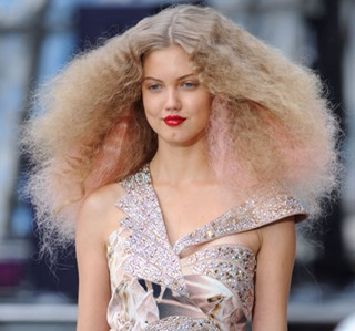 tendance-coiffure-fashion-week-le-volume-crepe-10291394xgiqx_1933