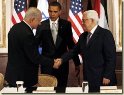 epa01870829 U.S. President Barack Obama (C) watches Israeli Prime Minister Benjamin Netanyahu and Palestinian President Mahmoud Abbas (R) shake hands at a trilateral meeting at the Waldorf Astoria Hotel in New York City on 22 September 2009. The talks in New York were dampened by a warning from Israeli