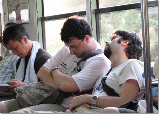 Neki durmiendo en el tren