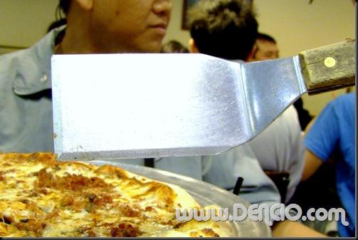 But wait?! Bat ganito ang pang sandok?! Hindi ka-shape ng pizza?!