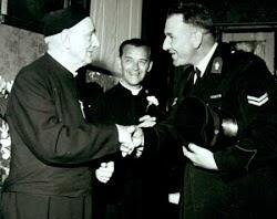 Mijn vader feliciteert pastoor Kluytmans