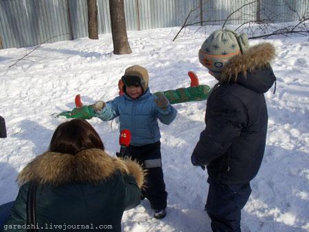Масленица в Киеве. Дети любят большие блины.