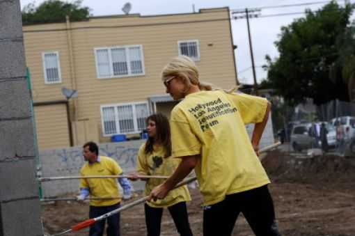 O primeiro dia de serviços comunitários da Paris Hilton