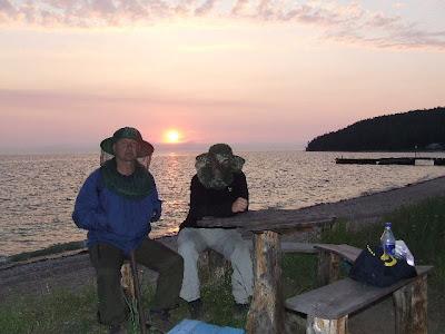 Nach dem abendlichen Besuch der heißen Quellen sitzen Oliver und ich beim Sonnenuntergang vor dem kleinen Laden.