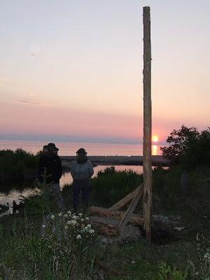 Der erste Pfosten der Nordpylone steht im Abendrot.