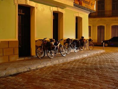 Bikes estacionadas em frente ao barzinho