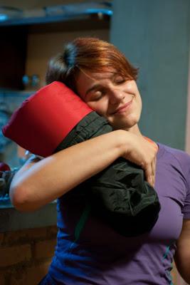 Vê Mambrini abraçando seu novo presente, um isolante inflável