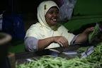 Une marchande de haricots prépare son étal