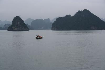 Un pêcheur en baie d'Halong