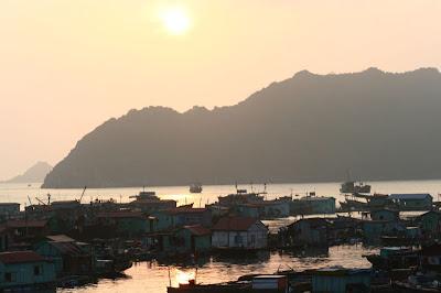 Coucher de soleil sur le village flottant des pêcheurs