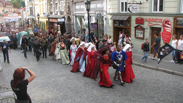 Parada fantasy avansează către centrul oraşului Cieszyn