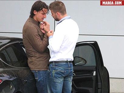 Foto de Ibrahimovic y Piqué cogidos de manos causa polémica en España
