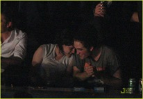 robert-pattinson-kristen-stewart-concert-couple-10