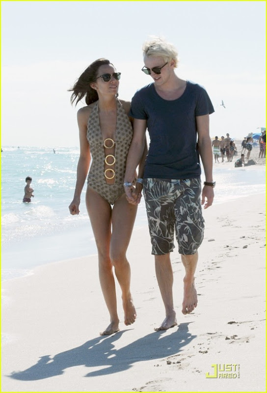 tom-felton-romantic-beach-stroll-girlfriend-02