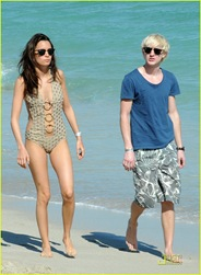 tom-felton-romantic-beach-stroll-girlfriend-07