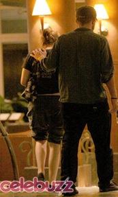 Robert Pattinson y Kriten Stewart besandose