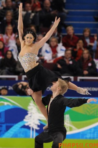 France's Isabelle Delobel and Olivier Schoenfelder perform in the Ice Dance Free program at the Pacific Coliseum in Vancouver, during the 2010 Winter Olympics on February 22, 2010. AFP PHOTO / YURI KADOBNOV (Photo credit should read YURI KADOBNOV/AFP/Getty Images)