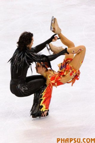 VANCOUVER, BC - FEBRUARY 22:  Jana Khokhlova and Sergei Novitski of Russia compete in the free dance portion of the Ice Dance competition on day 11 of the 2010 Vancouver Winter Olympics at Pacific Coliseum on February 22, 2010 in Vancouver, Canada.  (Photo by Kevork Djansezian/Getty Images)