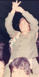 مرفوعاً على الأكتاف بعد الافراج عنه عام 1985