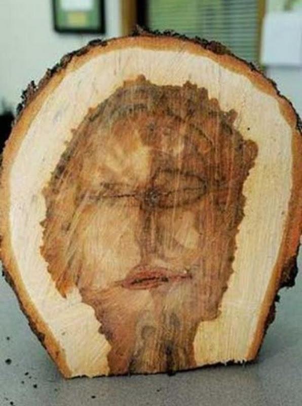 Jēzus seja koka stumbrā