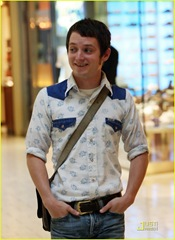 elijah-wood-apple-store-05