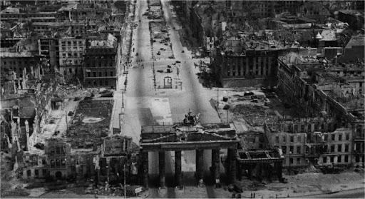 вид на Бранденбургские ворота и Унтер-ден-Линден, сразу после взятия города